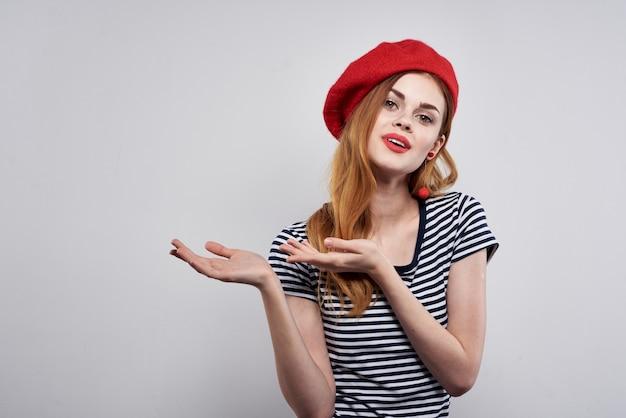 Piękna kobieta ubrana w czerwony kapelusz makijaż francja europa moda pozowanie na białym tle