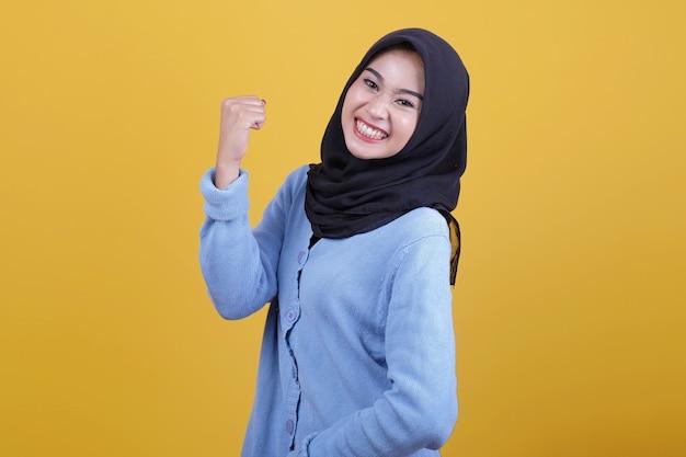Piękna kobieta, ubrana w hidżab podniesione ręce wyrażenie ducha
