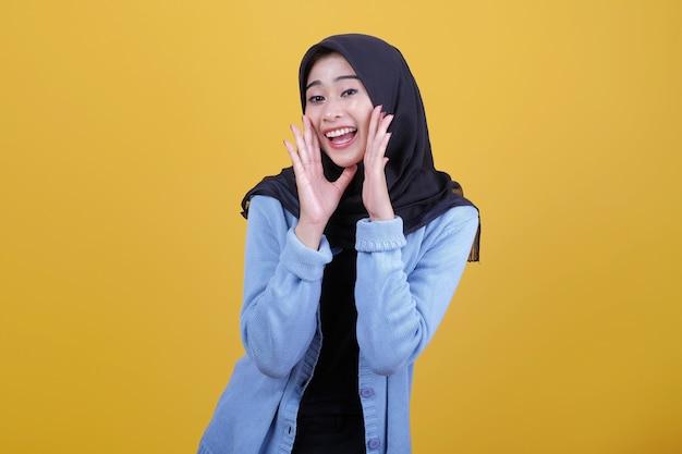 Piękna kobieta ubrana w hidżab wesoły i krzyczał wyraz