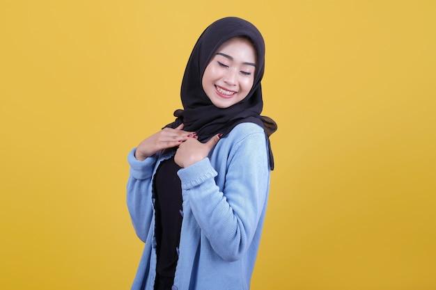 Piękna kobieta ubrana w hidżab wyglądała ładnie, uśmiechała się i zamykała wyraz oczu
