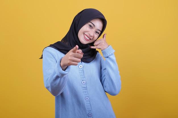 Piękna kobieta ubrana w hidżab z wołaniem kogoś patrzy radośnie wyrazem