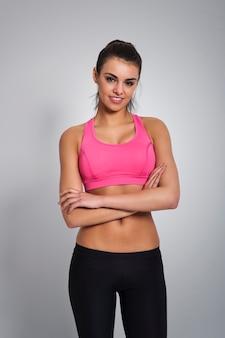 Piękna kobieta, ubrana w modne ubrania sportowe