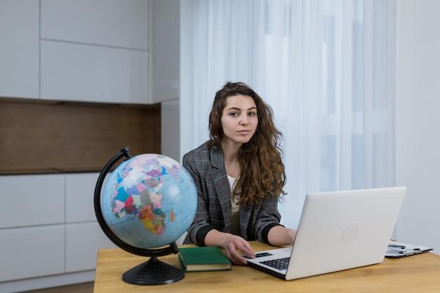 Piękna kobieta uczy, naucza online siedząc w domu