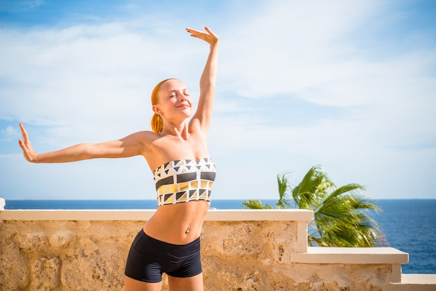 Piękna kobieta uprawiania jogi
