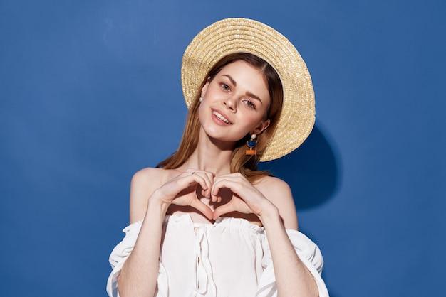 Piękna kobieta urok kapelusz styl życia lato podróże niebieskie tło. wysokiej jakości zdjęcie