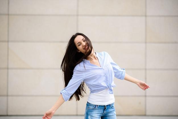 Piękna kobieta uśmiecha się i tańczy.