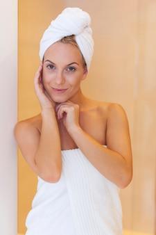 Piękna kobieta uśmiecha się po prysznicu