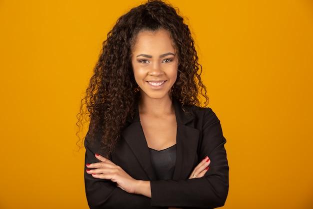 Piękna kobieta uśmiecha się z fryzurą afro