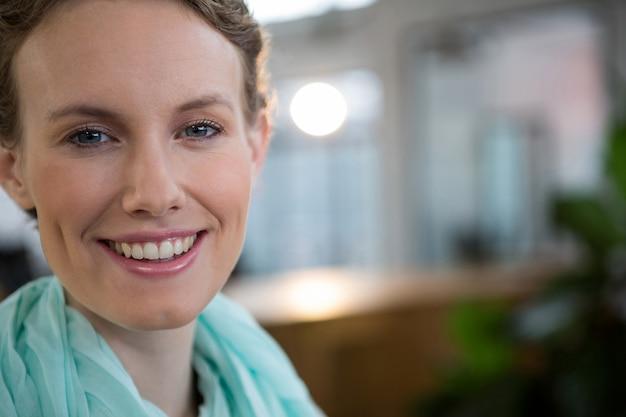 Piękna kobieta uśmiechając się w biurze