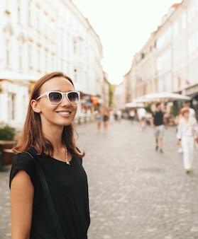 Piękna kobieta uśmiechający się turysta na tle europejskiej ulicy starego miasta w lublanie slovenia