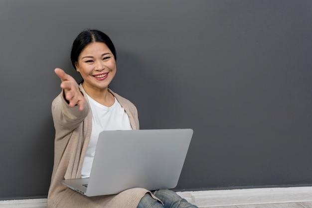 Piękna kobieta używa laptop