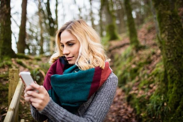 Piękna kobieta używa telefon komórkowego