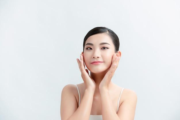 Piękna kobieta w azji i ma urok białej skóry i białą ścianę!