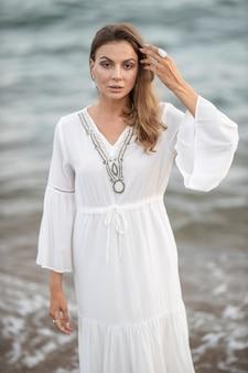Piękna Kobieta W Białej Sukni Nad Morzem Premium Zdjęcia