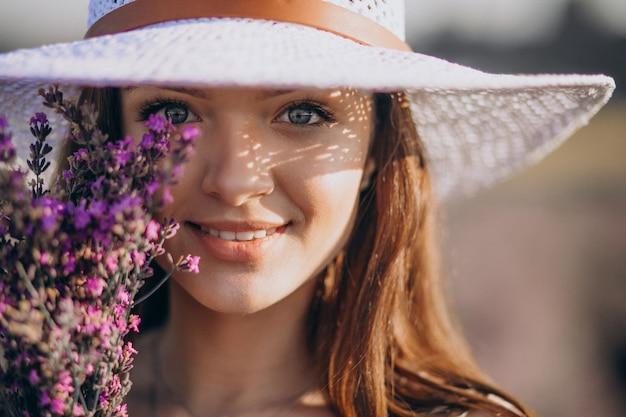 Piękna kobieta w białej sukni w lawendowym polu