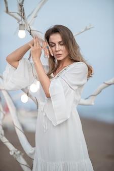 Piękna kobieta w białej sukni
