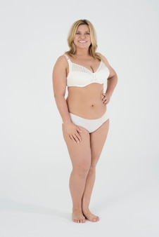 Piękna kobieta w bieliźnie dumna ze swojego ciała