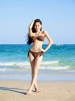 Piękna kobieta w bikini na plaży w letni dzień