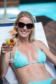 Piękna kobieta w bikini relaksując się na leżaku