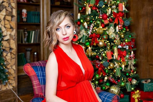 Piękna kobieta w ciąży w sylwestrowe dekoracje rodzinne uroczystości czekają na koncepcję dziecka