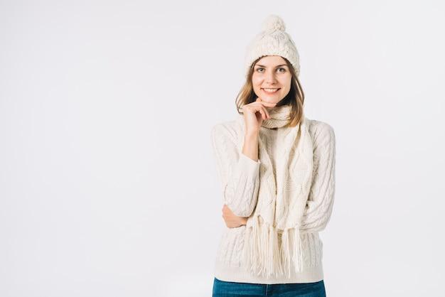 Piękna kobieta w ciepłych ubraniach