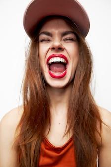 Piękna kobieta w czapce zabawa szeroko otwarte usta zamknięte oczy
