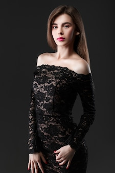 Piękna kobieta w czarnej sukience