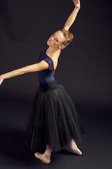 Piękna kobieta w czarnej sukni taniec moda ćwiczenia na białym tle. zdjęcie wysokiej jakości