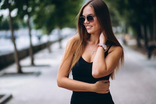 Piękna kobieta w czarnej sukni