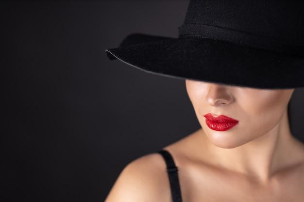 Piękna kobieta w czarnym kapeluszu