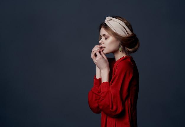 Piękna kobieta w czerwonej sukience luksusowych etnicznych turban na głowie ozdoby ciemne
