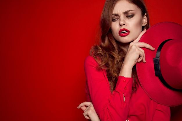 Piękna kobieta w czerwonym kapeluszu i czerwonej szmince