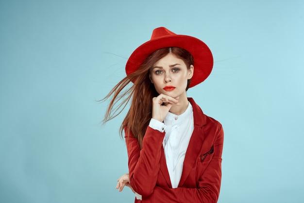 Piękna kobieta w czerwonym kapeluszu i kurtce