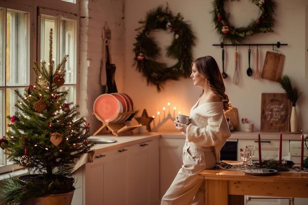 Piękna kobieta w domu w kuchni