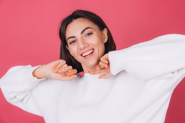 Piękna Kobieta W Dorywczo Biały Sweter, Szczęśliwy Podekscytowany, Poruszający Się Z Uśmiechem Na Twarzy Premium Zdjęcia