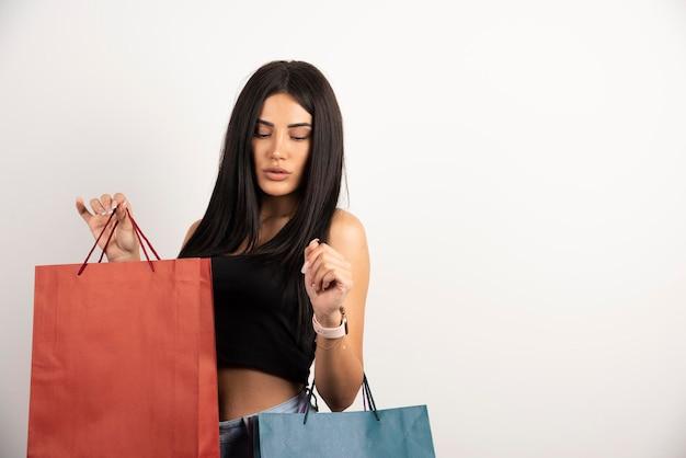 Piękna kobieta w dorywczo strój niosący torby na zakupy. wysokiej jakości zdjęcie