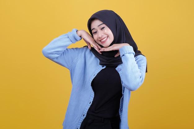 Piękna kobieta w hidżabie wyglądała ładnie z wyrazem uśmiechu