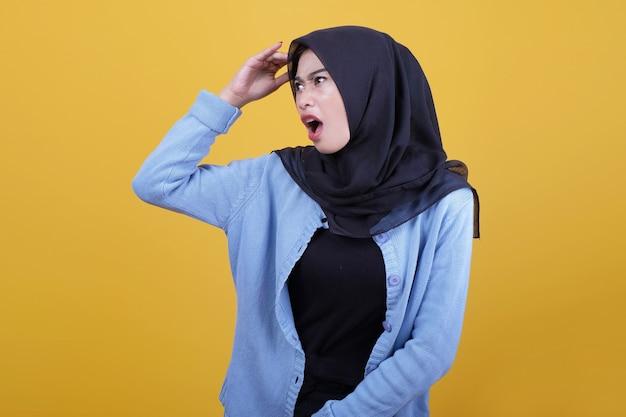 Piękna kobieta w hidżabie wyglądała na zszokowaną