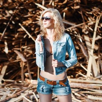 Piękna kobieta w jeansowe spodenki jeansowe i kurtkę