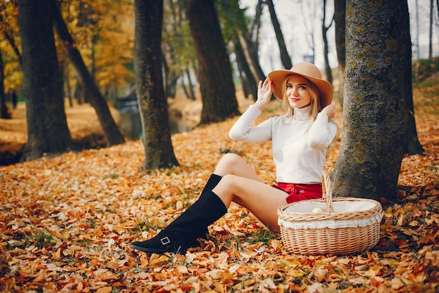 Piękna kobieta w jesień parku