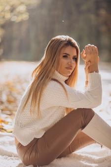 Piękna kobieta w jesiennym parku
