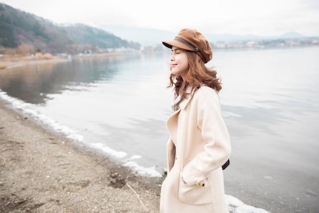 Piękna kobieta w jeziornym kawaguchiko, japonia