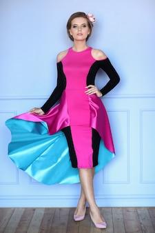 Piękna kobieta w kolorowej sukience