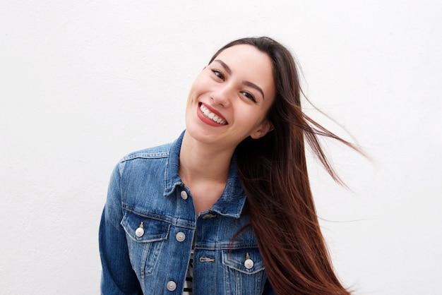Piękna kobieta w kurtka dżinsowa z długimi włosami wieje