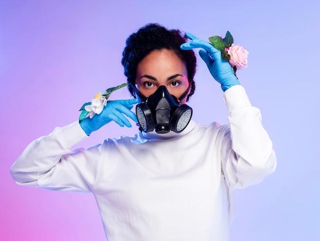 Piękna kobieta w kwiatowe rękawiczki i maskę oddechową