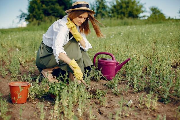 Piękna kobieta w lata polu
