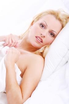 Piękna kobieta w łóżku