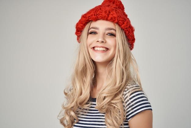 Piękna kobieta w modnych ubraniach czerwony kapelusz pozowanie studio