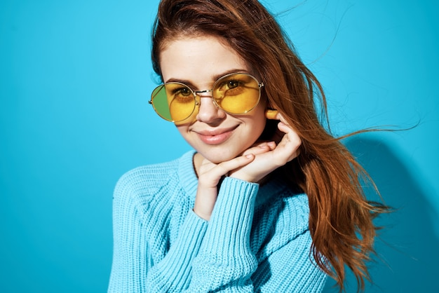 Piękna kobieta w modnym stylu życia okularów