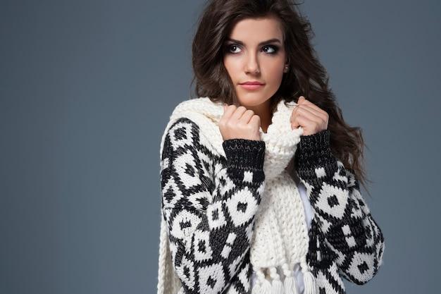Piękna kobieta w modzie zimowej